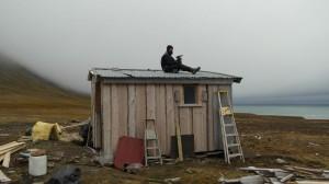 Taket ble tett og hytta ble beboelig igjen etter dagsverket som ble gjort der denne dagen.