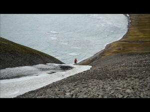 Kåre er straks på kanten av bratthenget og hadde en utrolig flott utsikt på vei ned.
