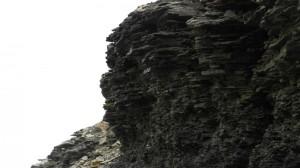 Her ser en tydelig at øya er bygd opp lag på lag med sedimenter. Dette er i Bekkeskaret.