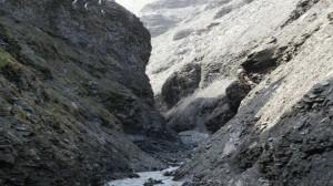 Her har bekken i Bekkeskaret skåret seg ganske dypt ned i fjellet på Hopen.