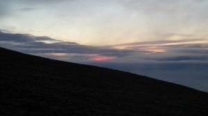 Rester av ildrød solnedgang i vest