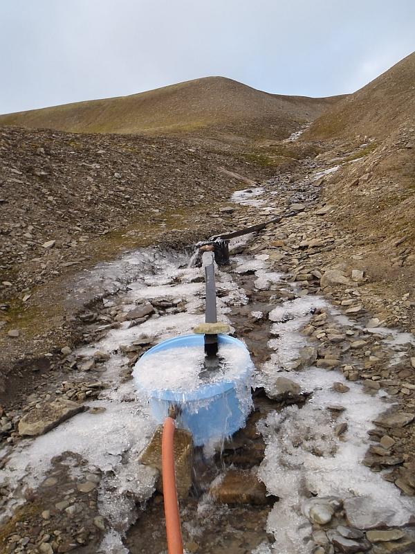 """""""Hopen vannverk"""" som består av to dunker som fungerer som grovsil. Som det fremkommer av bildet er det noe begrenset med frostsikring."""