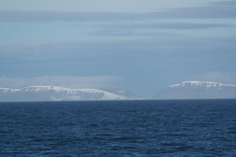 Bjørnsletta sett fra KV Svalbard i juni 2013. Det er tydelig å se at den ligger i et skar mellom Werenskioldfjellet i sør og Kollerfjellet i nord.