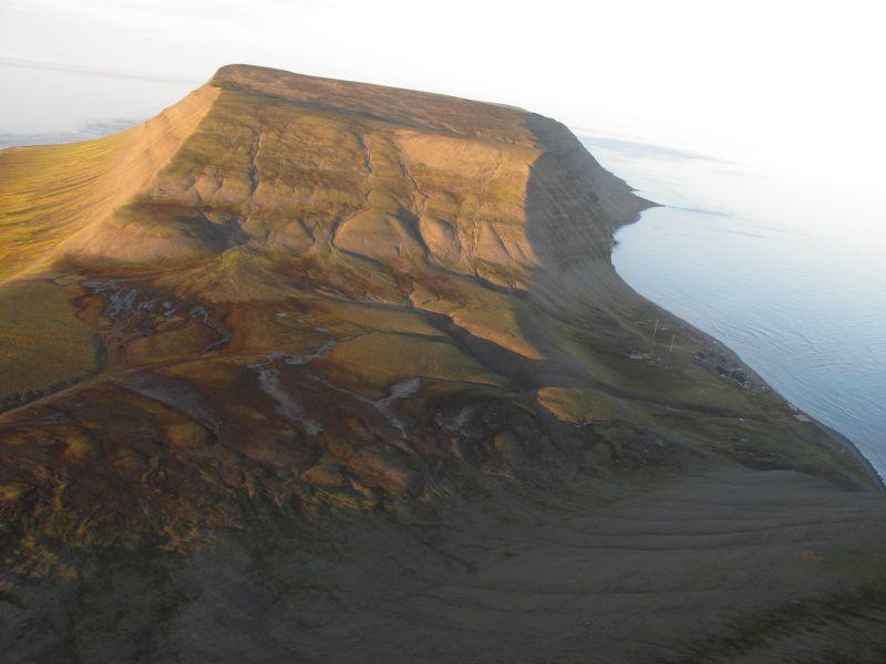 Bjørnsletta sett fra Sea King fra 330 skv over Werenskioldfjellet.