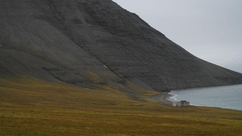 Sørenden av stranda under Werenskioldfjellet og med Johshytta.