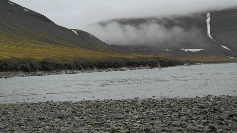 Noe av skrenten ned mot sjøen på nordenden av Bjørnstranda.