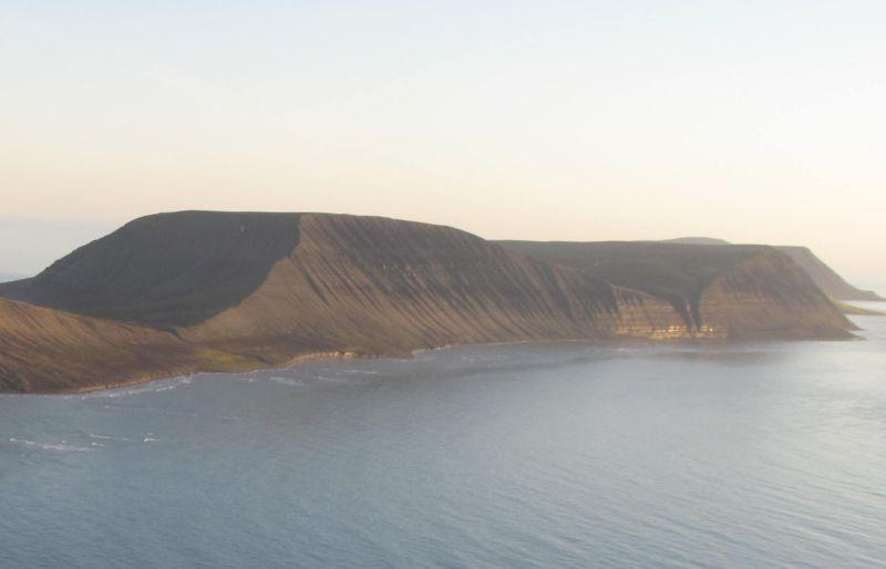 Djupsalen er det skaret som skjærer seg ned mot høyre på bildet.  Johan Hjortfjellet framfor den.