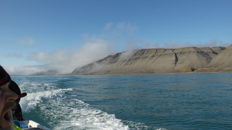Hugoskaret sett fra nord fra sjøen.