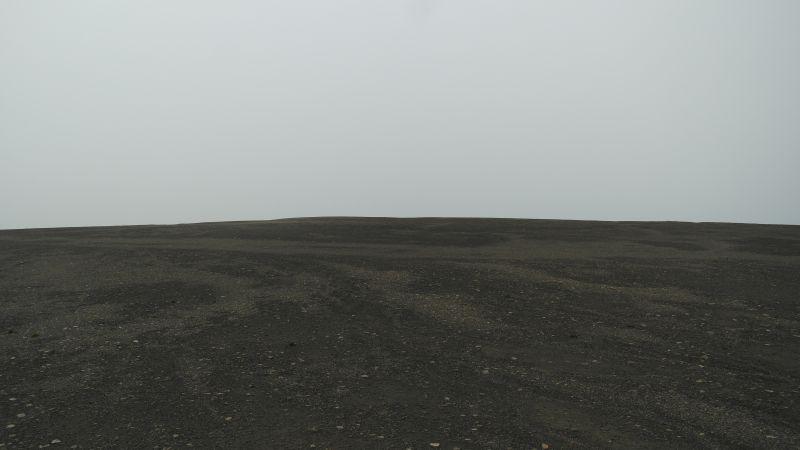 Det er lite vekst av vegetasjon på toppen av Johan Hjortfjellet. Ikke en gang mose har funnet det verdt å klamre seg fast her.
