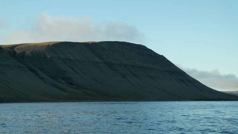 Johan Hjortfjellet sett fra sjøen litt sørøst for fjellet.