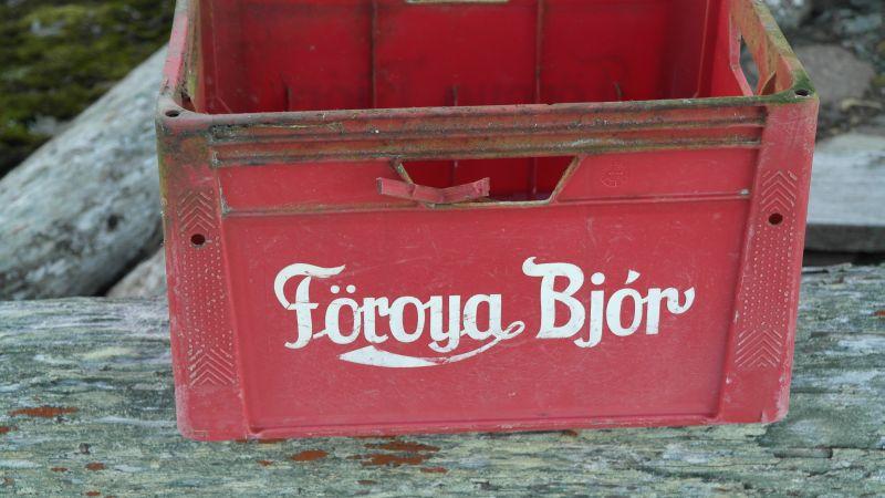 Flaskekasse fra Færøyene som er havnet på Hopen.
