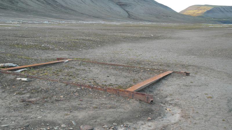 Rester av flystasjonsbrakka. Bare fundamentet står igjen.