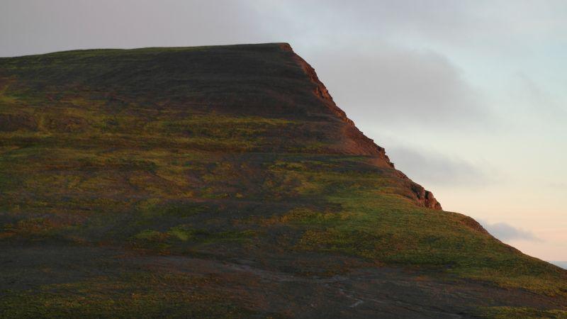 På nordsiden av Småhumpen er det et par bratte heng en må forsere for å komme opp eller ned.