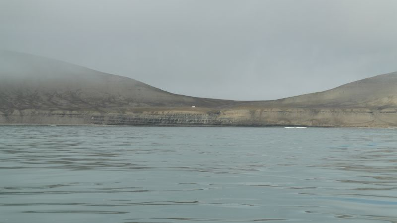 Thorkilsenskaret og Casa Blanca sett fra sjøen på østsiden av øya.