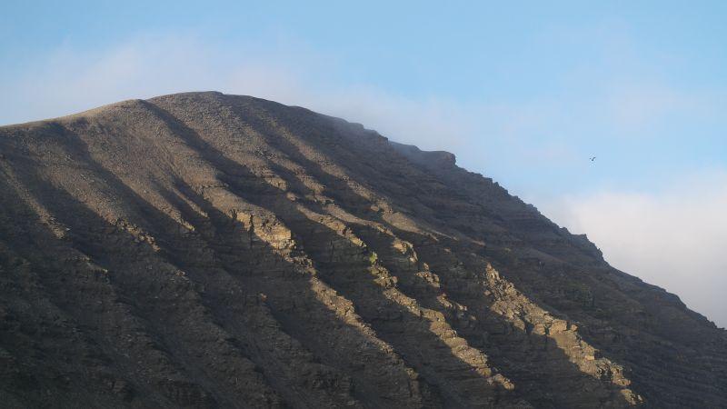 Sett fra stasjonen. Ser tydelig trollansiktet som stikker ut av fjellet.