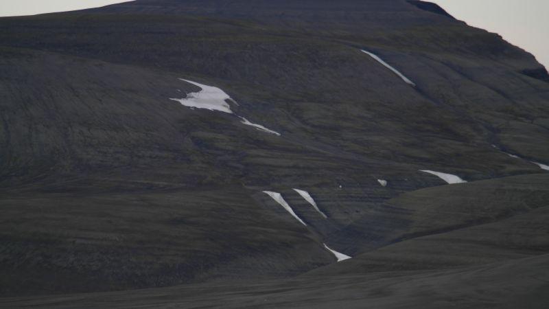 Her skimtes den sørlige opprinnelsen til Bekkeskaret, på nordvestsiden av Iversenfjellet.