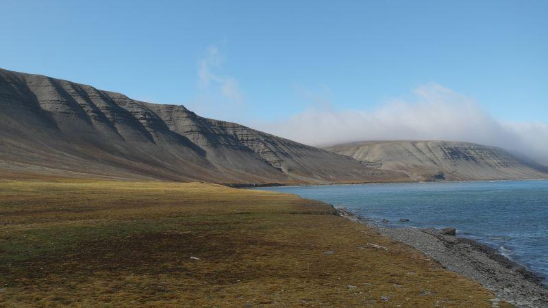 Bekkeskaret ender i nordenden av Tovikbukta, helt bakerst til høyre på bildet. Litt lenger foran til venstre skimtes Malmskaret.