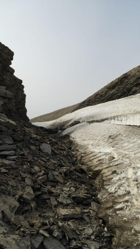 Skaret fylles med snø om vinteren og skaper snøfonner som kan være noe trøblete å passere på tidlig sommer.