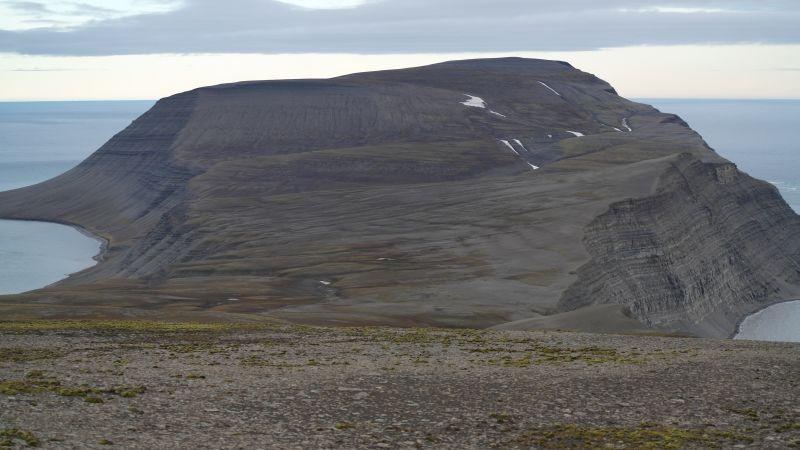 Heniesalen sett fra Werenskioldfjellet. I bakgrunnen sees Iversenfjellet og i front av den igjen, Kvasstoppen.