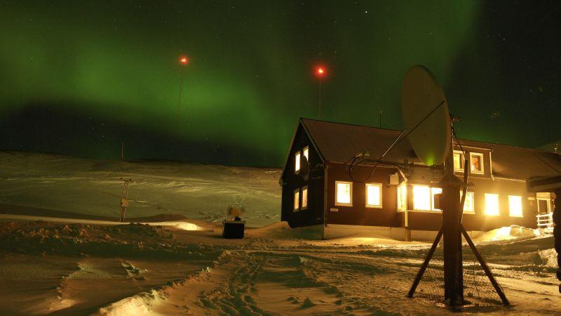 Stasjonshuset i Husdalen en nordlyskveld