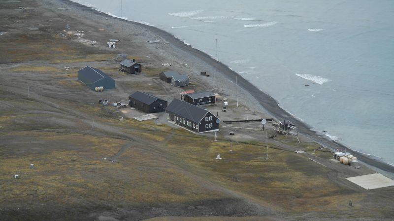 Stasjonen sett fra østeggen opp mot Werenskiold.