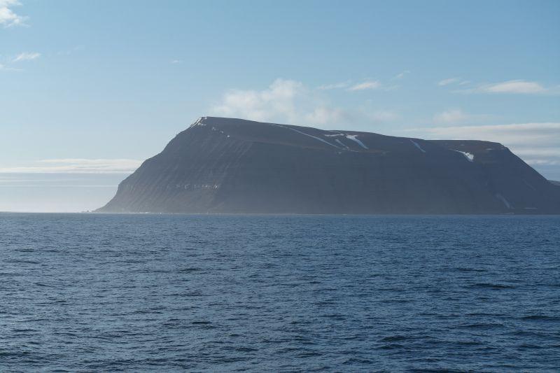 Iversenfjellet sett fra sjøen sørøst for øya.