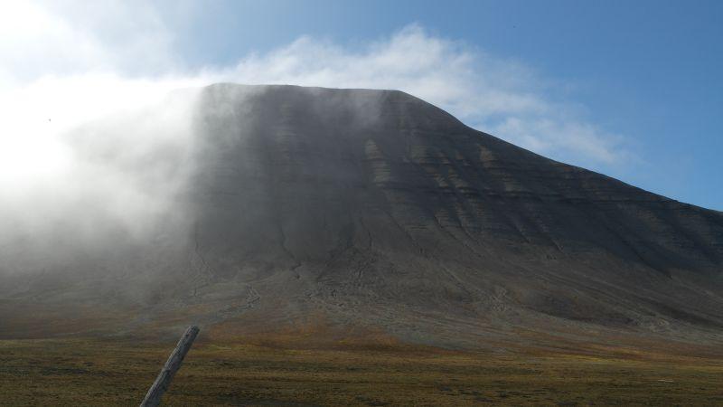Iversenfjellets østlige kam i lette tåkeskyer.