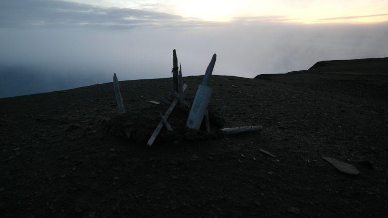 Restene av Thor Iversens varde på toppen av Iversenfjellet, 371 meter over havet.