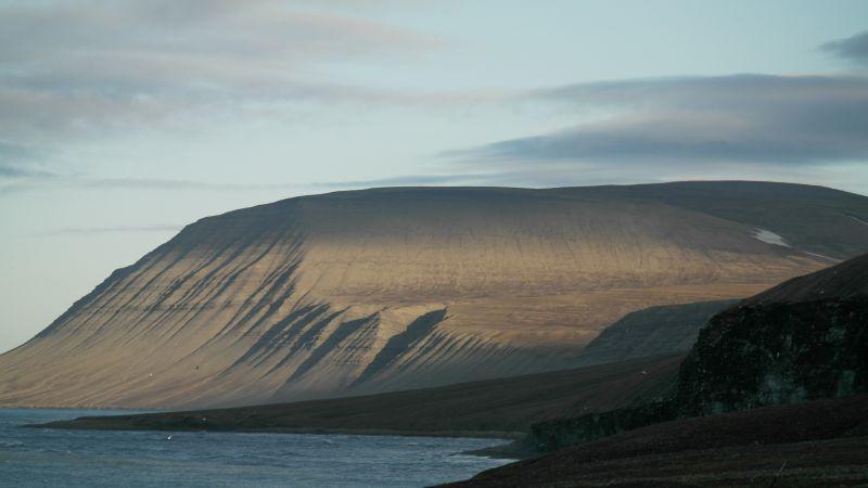 Iversenfjellet badet i midnattssol, sett fra Hopen meteorologiske stasjon.
