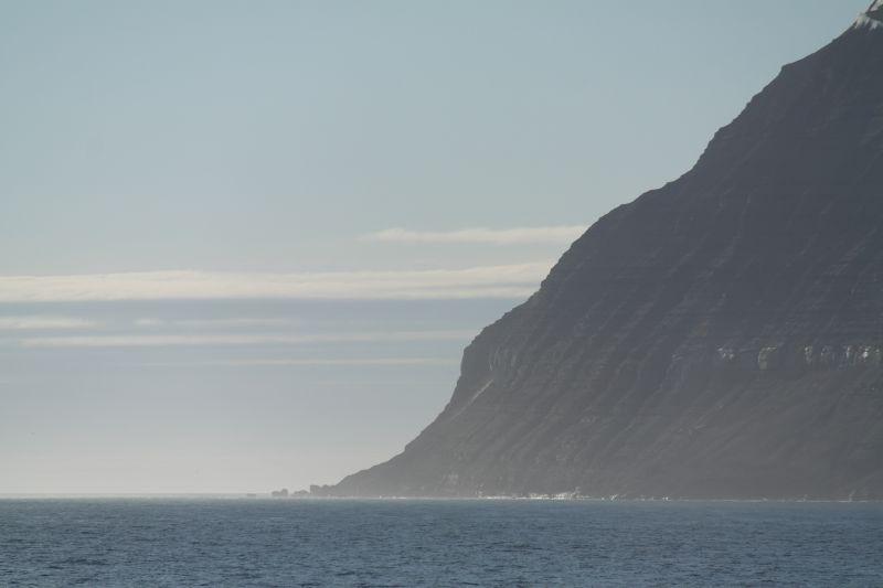 Kapp Thor sett fra sjøen sørøst for Kofoedodden og Skumskjæra.