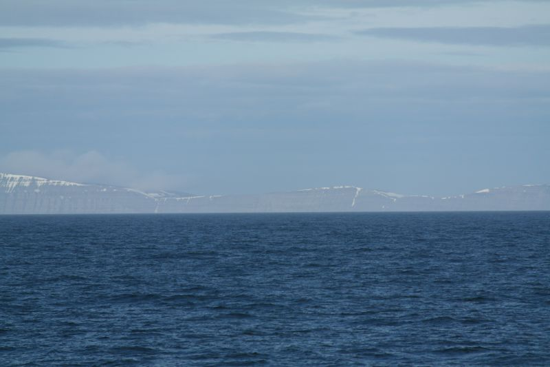Kvasstoppen sett fra sjøsiden vest for Hopen om bord i KV Svalbard