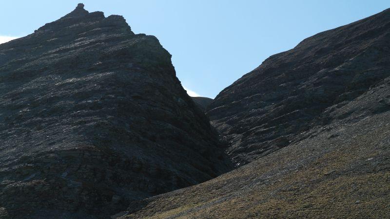 Malmskaret kneiser majestetisk opp fra stranda ved Tovikbukta.