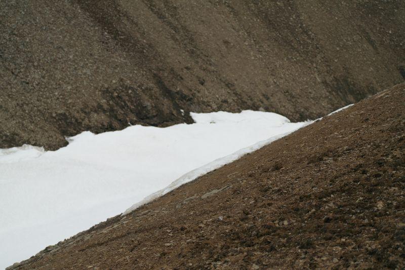 Ei snøfonn bruker å ligge igjen i skaret tidlig på sommeren men smelter som regel utpå høsten.