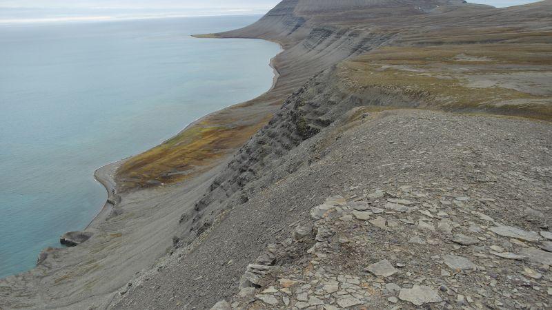Bukta sett fra Werenskioldfjellet. Gibraltar skimtes rett ned til venstre.