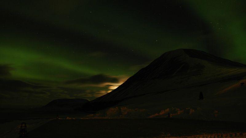 Werenskioldfjellet og Iversenfjellet i nordlys og månen er i ferd med å forsvinne bak Werenskiold.
