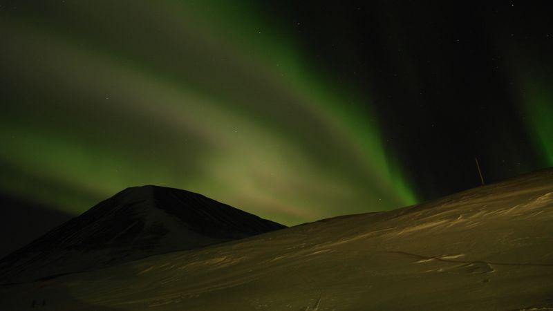 Werenskioldfjellet omringet av nordlys.