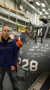 Tom Erik poserer foran Lynx nr 228 i hangaren ombord i KV Nordkapp.