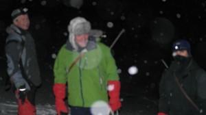 Ragnar, Haftor og Tom Erik studerer isbjørnspora.