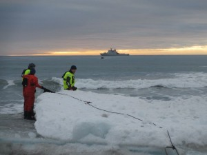 Stige inn mot land måtte sikres slik at bølgene ikke tok den. Foto: Tom Erik Glomsrud