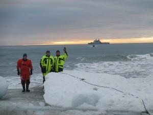 Sjaurne Bjørn Ove, Haftor og Ragnar er klare for å ta imot varene. Foto: Tom Erik Glomsrud