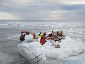 Sjøbjørn manøvrerte inntil isflaket slik at varene kunne lempes over til oss. Foto: Tom Erik Glomsrud