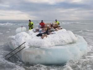 Nærmere ett tonn med forsyninger liggende klar på isflaket og skal fraktes i land. Foto: Tom Erik Glomsrud