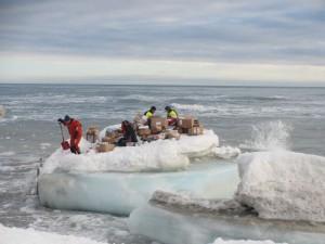 All forsyning er lempet over på isflaket fra sjøbjørnen fra KV Svalbard.