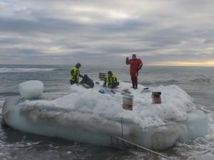 """Sjaurne på """"brygga"""" bærer varene fram til kanten. Foto: Tom Erik Glomsrud"""