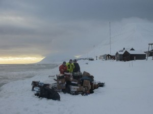 Fornøyd gjeng med forsyningene trygt på land. Foto: Ragnar Sønstebø