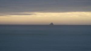 KV Svalbard i horisonten. Forsyningene er på vei. Foto: Bjørn Ove Finseth