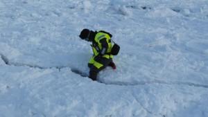 Å stikke foten ned i en sprekk mellom to isflak for så å kjenne undersiden av isflaket med tåa på støvla er noe en ikke har prøvd på før. Så da kan en krysse ut det fra lista. Foto: Tom Erik Glomsrud.