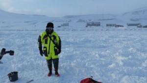Bjørn Ove er klar for ismåling utenfor Hopen meteorologiske stasjon  . Godt kledd for anledningen. Foto: Tom Erik Glomsrud.
