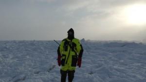Tom Erik var isbjørnvakt og boremester og poserer her foran islandskapet. Foto: Bjørn Ove Finseth.