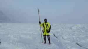 En kan kanskje få assosiasjoner til annen aktivitet enn det å måle isen her, men det var ismåling vi foretok og ikke noe annet. Foto: Bjørn Ove Finseth.